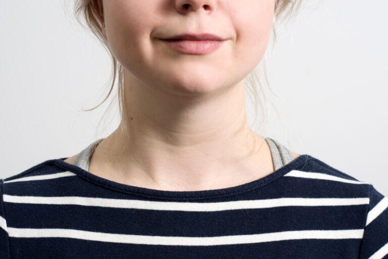 Nuoren naisen paljas kaula.