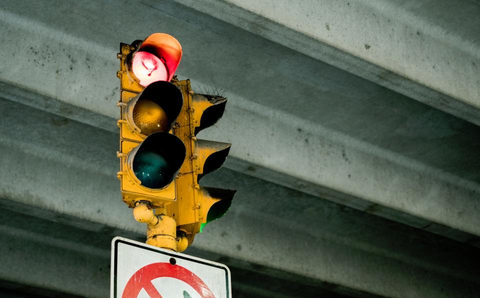 Liikennevalot, jossa palaa punainen valo.