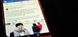 Kuvassa on puhelimen näytöllä näkyvä Facebook-sovellus. Sovelluksen uutisvirrassa näkyy Pelastakaa Lasten mainos koulukirjatuesta.