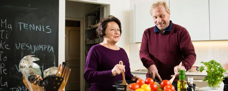 Senioripari valmistaa ruokaa