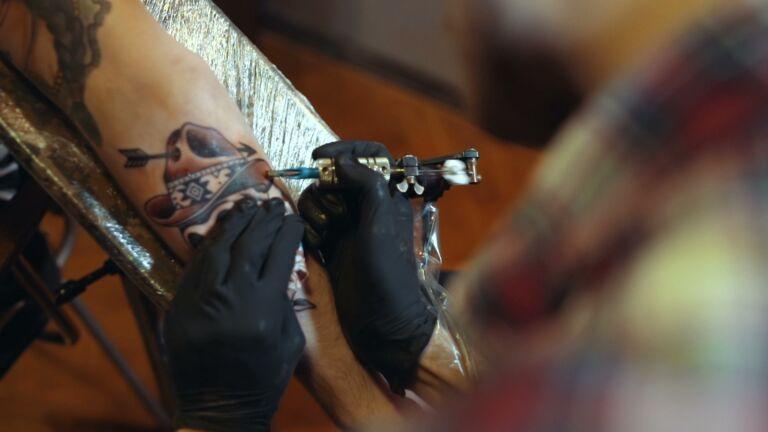 Kuvituskuva tatuoinnin laitosta.
