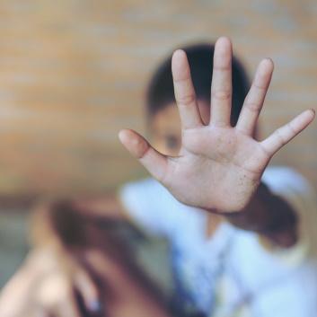 """Nuori näyttää kädellä """"ei""""."""