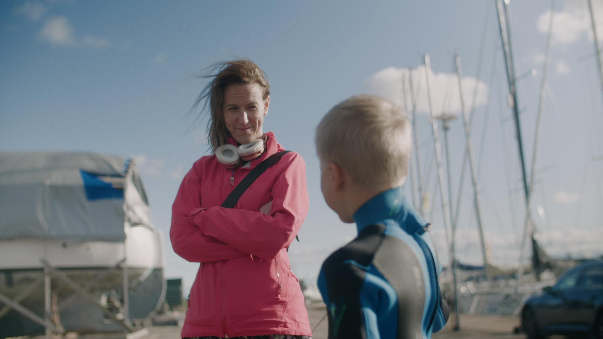 Äiti katsoo poikaa rannalla