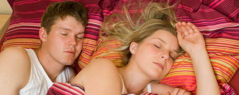 Kuvituskuva, nukkuva pari