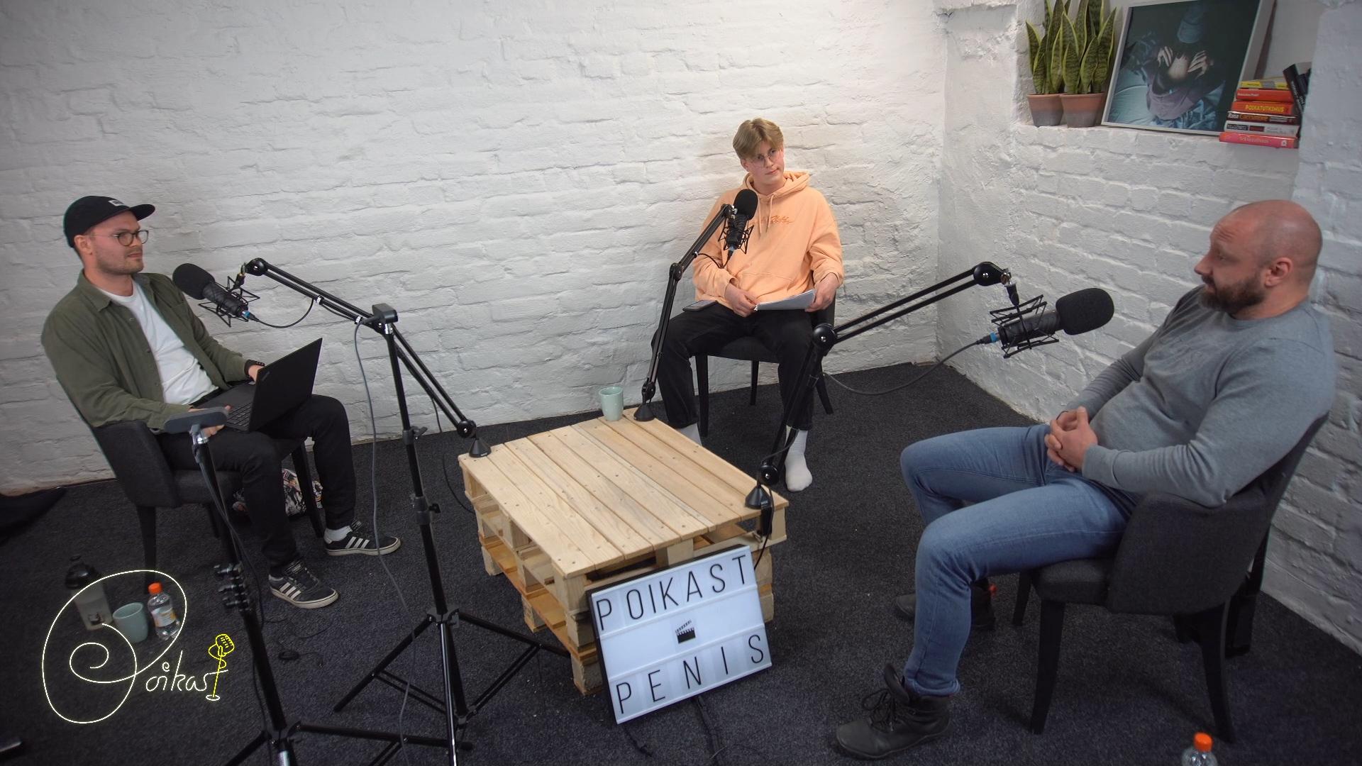 Kuva Poikien Puhelimen studiosta, jossa käynnissä livepodcast. Lähetystä juontaa Poikien Puhelimen asiantuntija Samuli ja nuorten ääntä edustava Eevert. Vieraana asiantuntijalääkäri Vilho Ahola.
