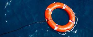 Kuvassa pelastusrengas vedessä.